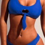 Modré sportovní plavky s průstřihem mezi košíčky