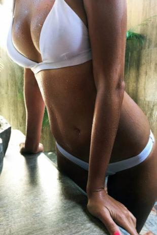 Jednobarevné bílé plavky s brazilskými kalhotkami