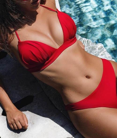 Červené dvoudílné tanga plavky