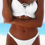 Jednobarevné bílé dvoudílné plavky s volánky na podprsence