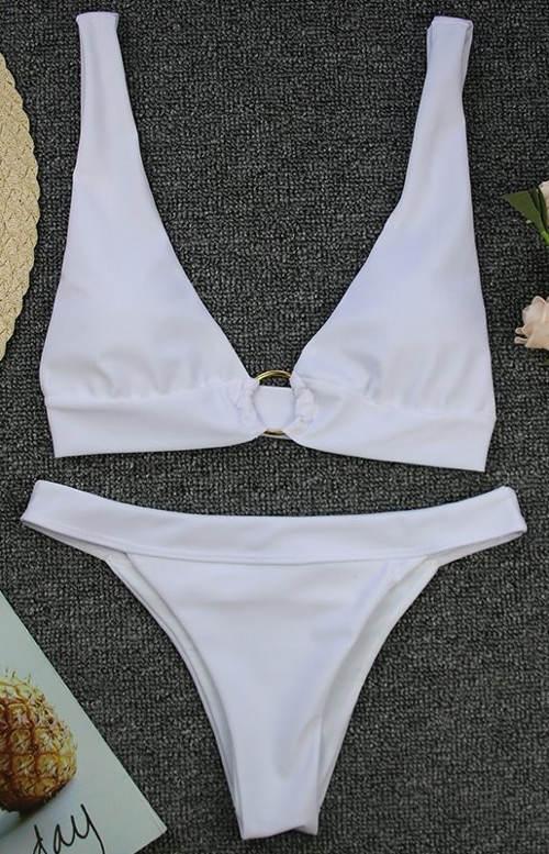 Bílé trojúhelníkové bikiny s brazilským spodním dílem