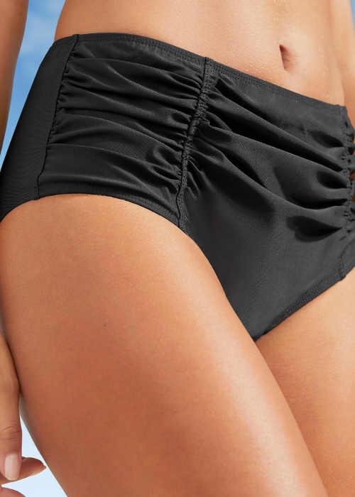 Výrazně nařasené dámské plavkové kalhotky maskující nedokonalosti spodního bříška