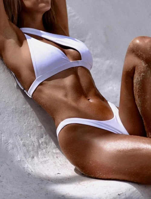 Odvážné bílé dámské dvoudílné plavky