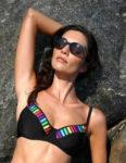 Černá plavková podprsenka s kosticemi s barevným lemováním