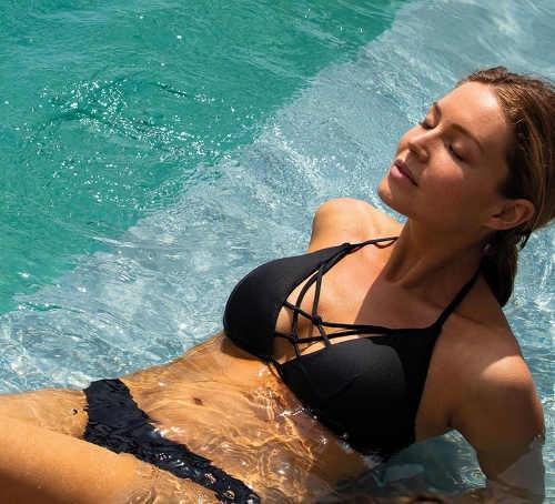 Moderní černé dámské plavky na bazén