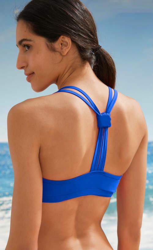 Plavky mají zadní díl podprsenky řešen výrazně sportovním stylem